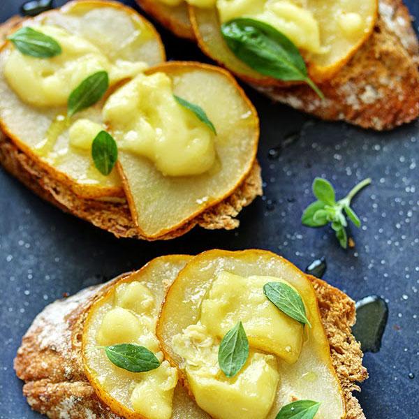 Bruschetta/ Crostini med päron och brie ost